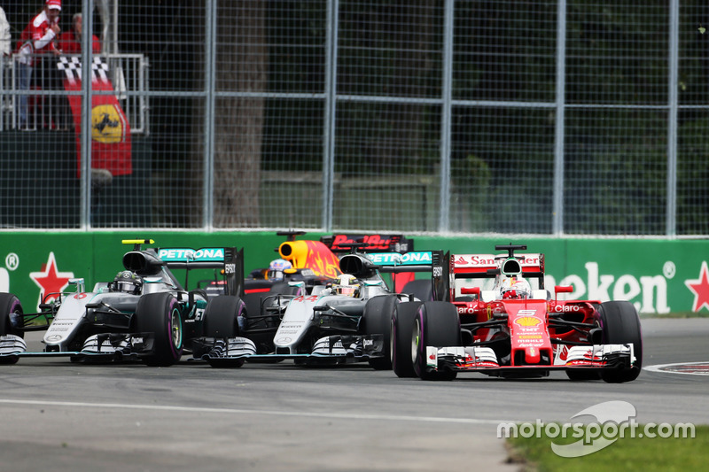 Sebastian Vettel, Ferrari SF16-H precede Lewis Hamilton, Mercedes AMG F1 W07 Hybrid e Nico Rosberg, Mercedes AMG F1 W07 Hybrid alla partenza della gara