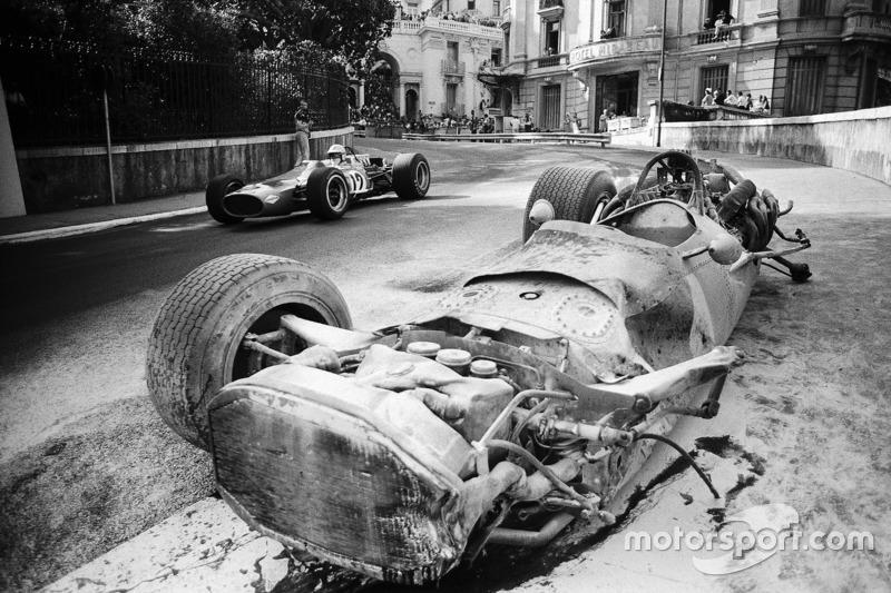 Denny Hulme, McLaren-Cosworth M7A pasa el coche dañado de Pedro Rodríguez BRM P133