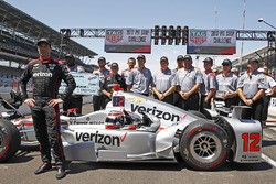 Will Power, Team Penske Chevrolet, celebrates winning the Pit Stop Competition with his crew