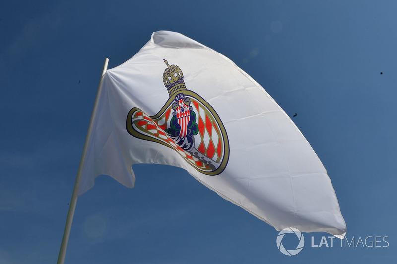 Un drapeau monégasque