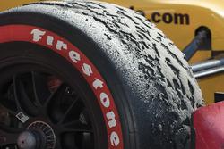 Ryan Hunter-Reay, Andretti Autosport Honda marbles on tire in parc ferme