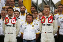 Jolyon Palmer, Renault Sport F1 Team, Nico Hulkenberg, Renault Sport F1 Team, con René Arnoux, usando un mono clásico