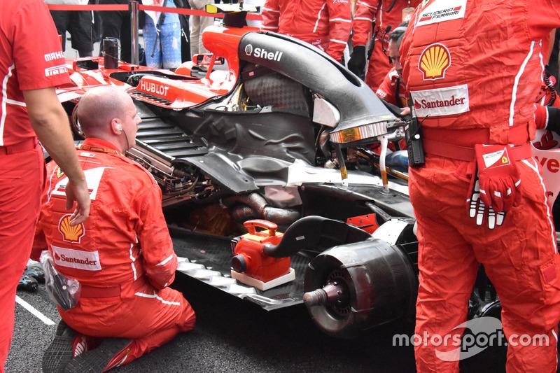Механики работают с машиной Кими Райкконена, сломавшейся на стартовой решетке Гран При Малайзии