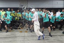 Il vincitore della gara Valtteri Bottas, Mercedes AMG F1, Lewis Hamilton, Mercedes AMG F1