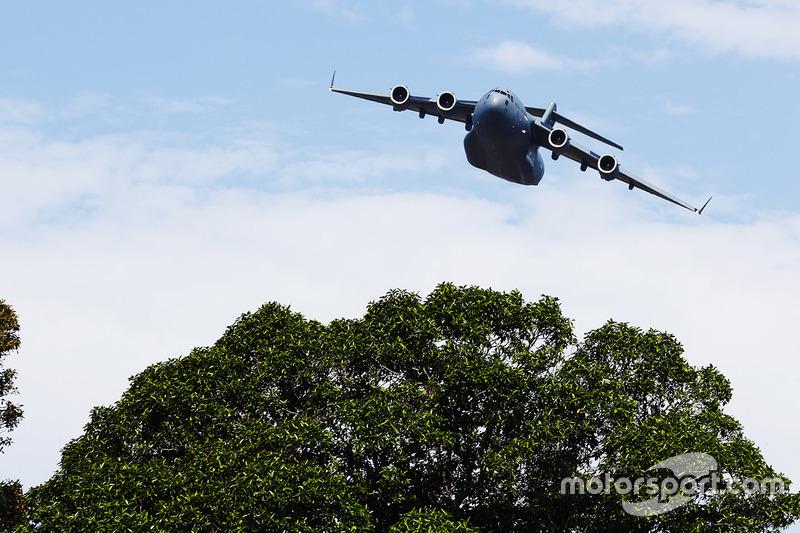 A C-17A Globemaster III de la RAAF pasa por el circuito