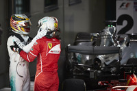 Sebastian Vettel, Ferrari, 1° classificato, e Lewis Hamilton, Mercedes AMG, 2° classificato, si fanno le congratulazioni nel Parco Chiuso