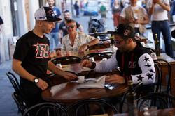 Andrea Migno mit T-Shirt und Cap von Nicky Hayden serviert Espresso für Danilo Petrucci mit Jacke von Nicky Hayden