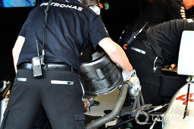 Механіки працюють із передніми гальмами та колесом боліда Льюіса Хемілтона, Mercedes AMG F1 W08