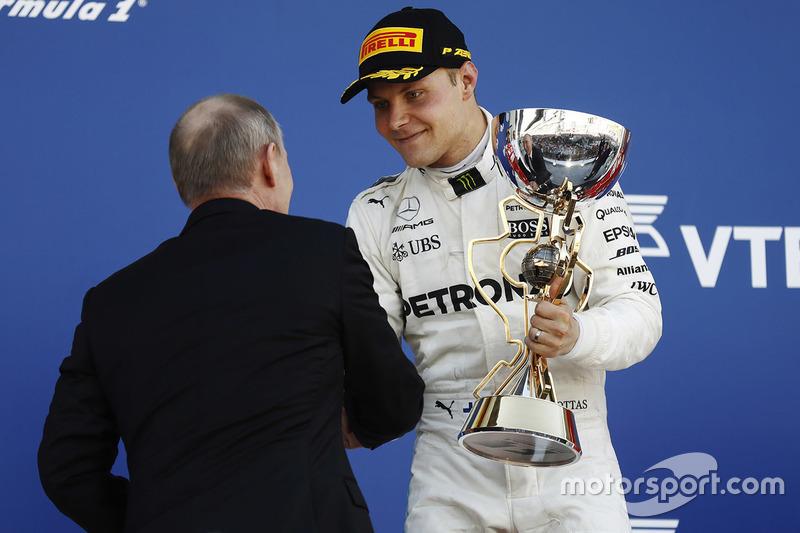 Podio: ganador de la carrera Valtteri Bottas, Mercedes AMG F1, y Vladimir Putin presidente de Rusia