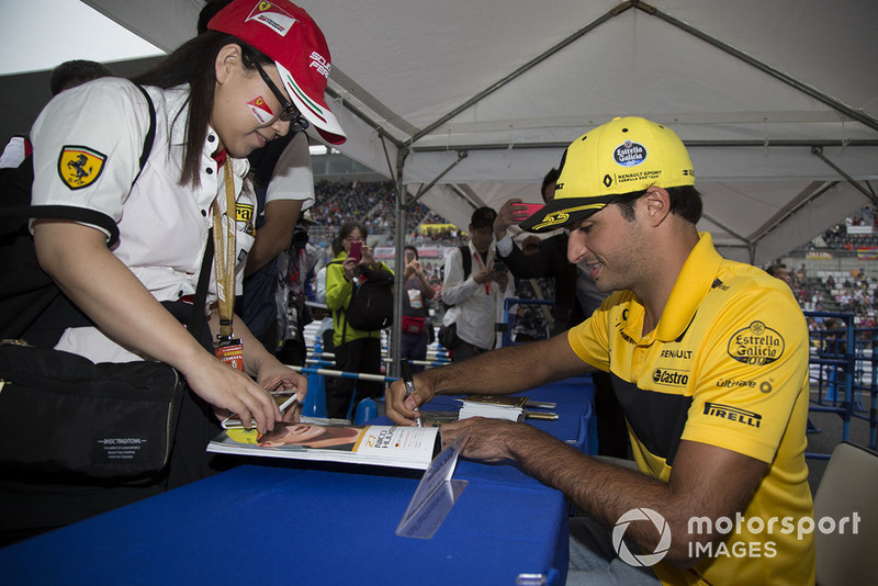 Carlos Sainz Jr., Renault Sport F1 Team signs autographs for fans
