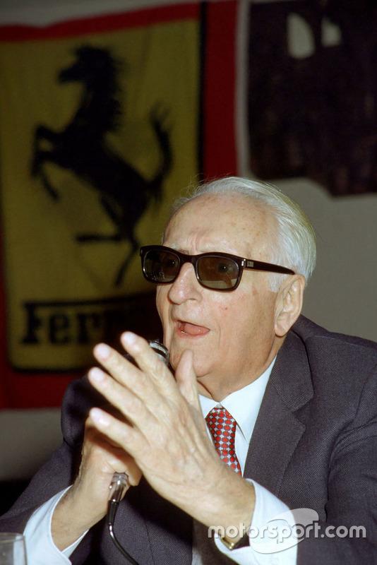 Enzo Ferrari durant une rencontre avec des journalistes en 1984