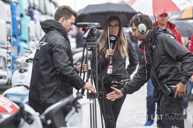 Представники ЗМІ під дощем