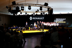 Frederic Vasseur, Renault F1 Team Racing Director, Carlos Ghosn, Chairman of Renault, Kevin Magnusse