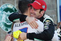 Победитель гонки и чемпион 2016 года Симон Пажено, Team Penske Chevrolet принимает поздравления от М
