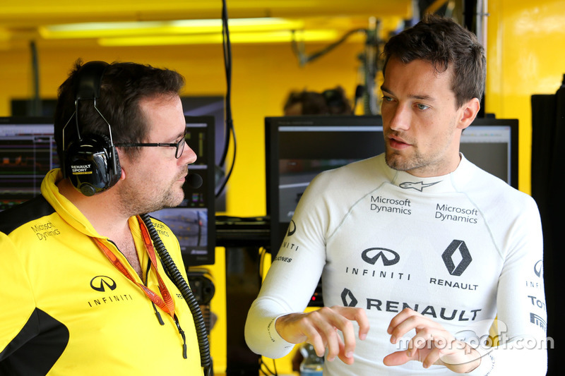 (Da sx a dx): Julien Simon-Chautemps, ingegnere di pista Renault Sport F1 Team con Jolyon Palmer, Renault Sport F1 Team
