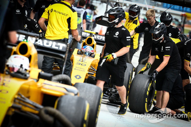 Jolyon Palmer, Renault Sport F1 Team RS16; Kevin Magnussen, Renault Sport F1 Team RS16