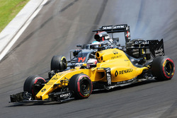 Kevin Magnussen, Renault Sport F1 Team RS16 and Fernando Alonso, McLaren MP4-31 battle for position