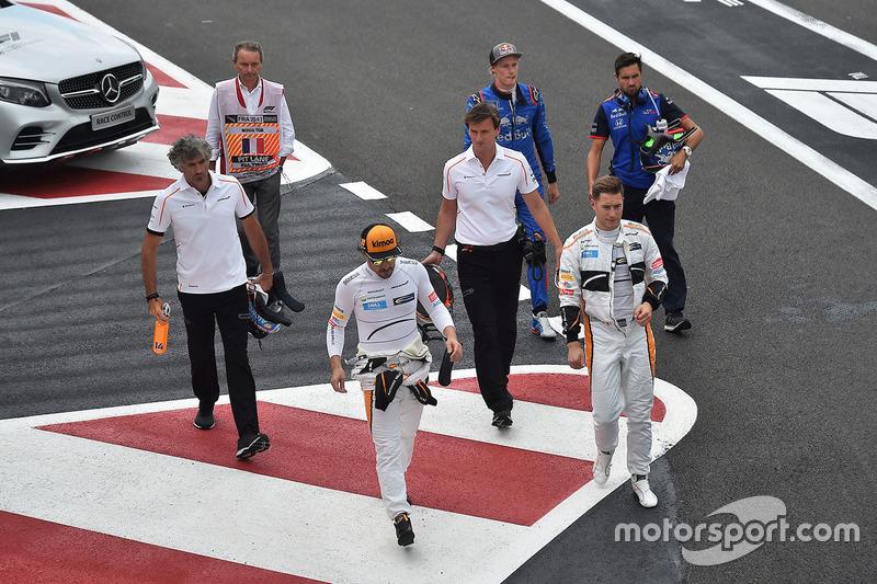Fernando Alonso, McLaren, Stoffel Vandoorne, McLaren y Brendon Hartley, Scuderia Toro Rosso después de la Q1