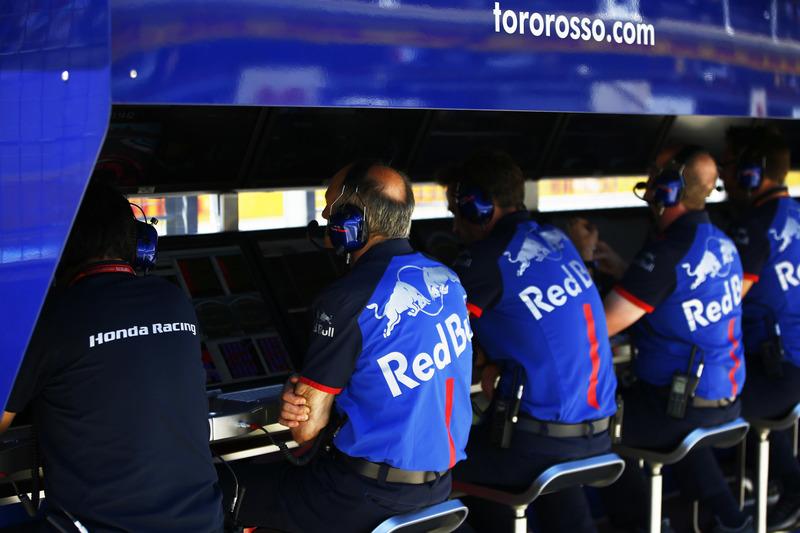 Franz Tost, Team Principal, Toro Rosso, e il team Toro Rosso al muretto box