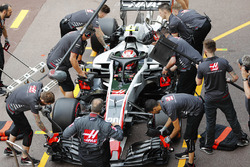Kevin Magnussen, Haas F1 Team, makes a pit stop