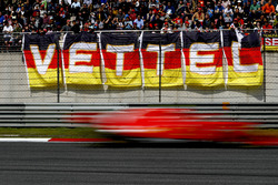 Sebastian Vettel, Ferrari SF71H, flashes desde la tribuna