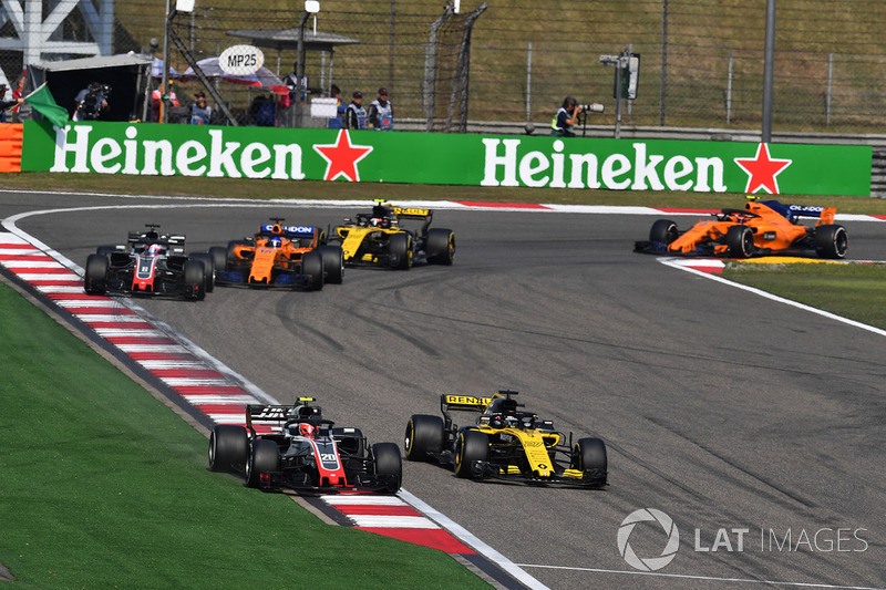 Kevin Magnussen, Haas F1 Team VF-18 and Nico Hulkenberg, Renault Sport F1 Team R.S. 18 battle