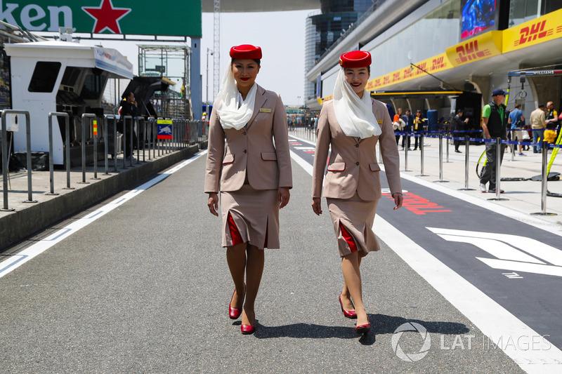Assistenti di volo della Emirates Airlines nel paddock