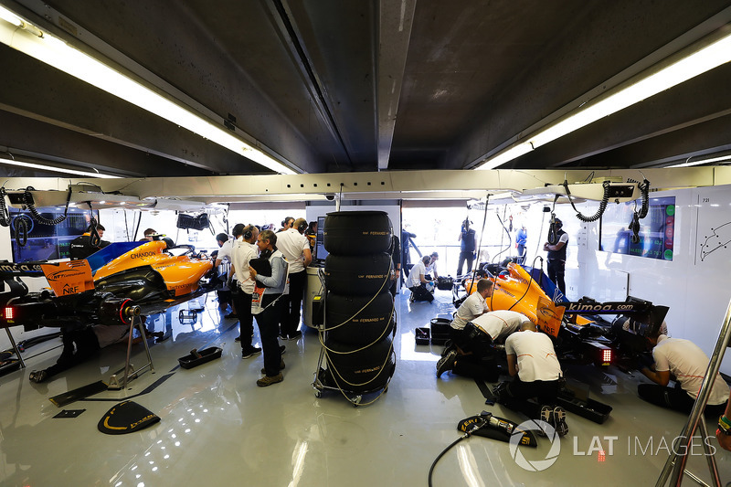 Los ingenieros trabajan en los autos de Fernando Alonso, McLaren MCL33 y Stoffel Vandoorne, McLaren MCL33,