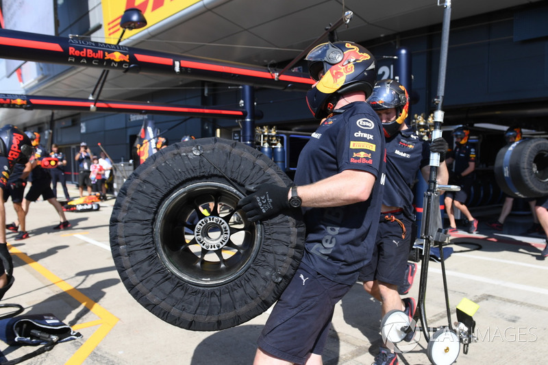 Mekanik Red Bull Racing mempersiapkan ban Pirelli