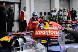Mark Webber, Red Bull Racing gives Fernando Alonso, Ferrari a lift to parc ferme