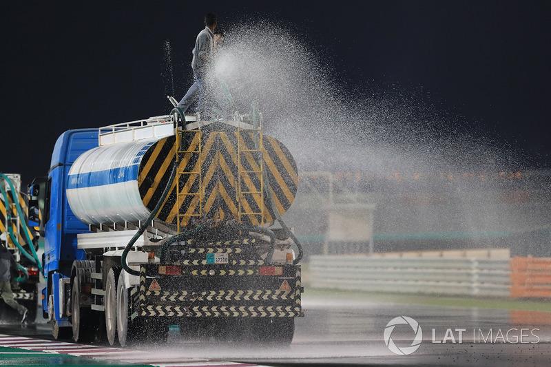 Trek disiram air untuk simulasi balapan basah