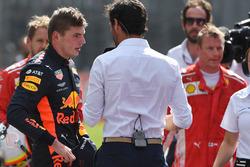 El ganador de la carrera Max Verstappen, Red Bull Racing habla con Mark Webber, en el parque cerrado