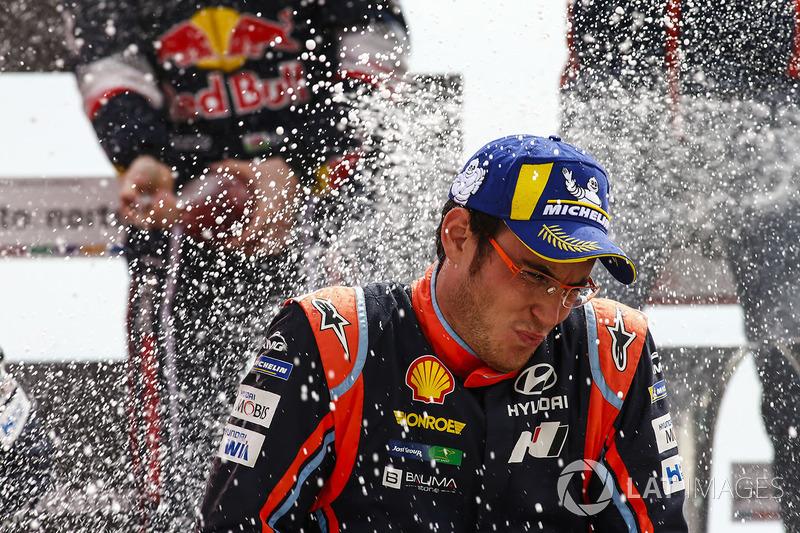 Podium: winner Thierry Neuville, Hyundai Motorsport