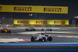 Marcus Ericsson, Sauber C37 Ferrari, Stoffel Vandoorne, McLaren MCL33 Renault