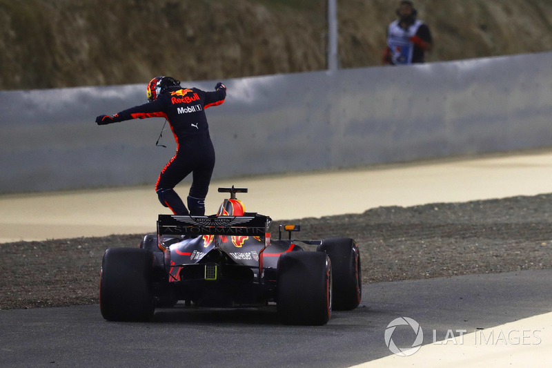 Daniel Ricciardo, Red Bull Racing RB14 Tag Heuer, saute de sa voiture après son abandon