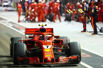 Kimi Raikkonen, Ferrari SF71H, repart de son stand
