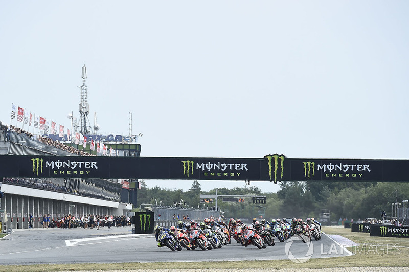 Start: Valentino Rossi, Yamaha Factory Racing, memimpin