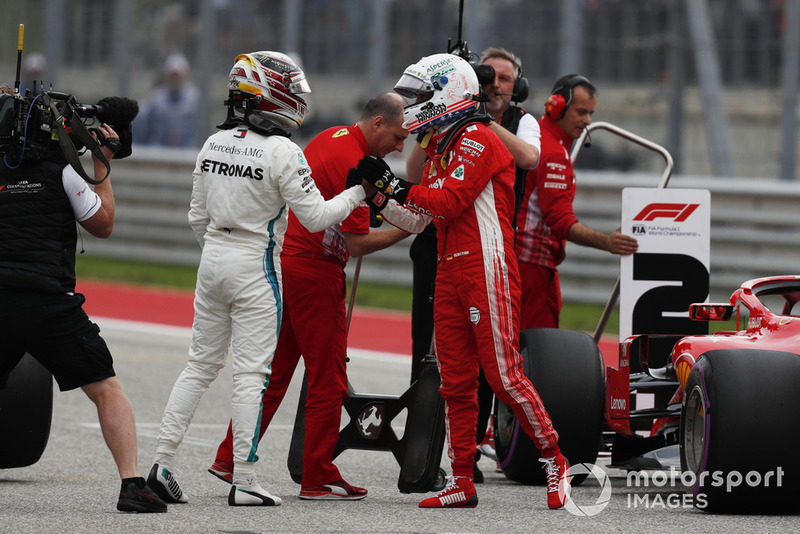 Le poleman Lewis Hamilton, Mercedes AMG F1 avec Sebastian Vettel, Ferrari dans le parc fermé