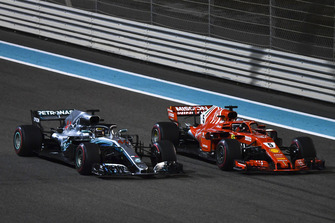 Lewis Hamilton, Mercedes AMG F1 W09 EQ Power+ et Sebastian Vettel, Ferrari SF71H saluent la foule à la fin de la course