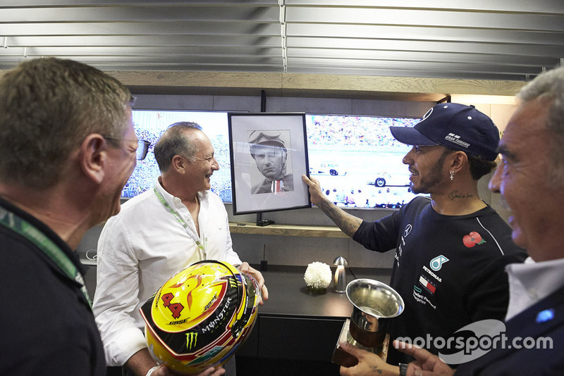 Гонщик Mercedes AMG F1 Льюис Хэмилтон и Хуан-Мануэль Фанхио II