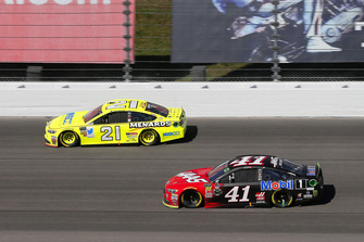 Kurt Busch, Stewart-Haas Racing, Ford Fusion Haas Automation/Mobil 1 and Paul Menard, Wood Brothers Racing, Ford Fusion Menards / NIBCO