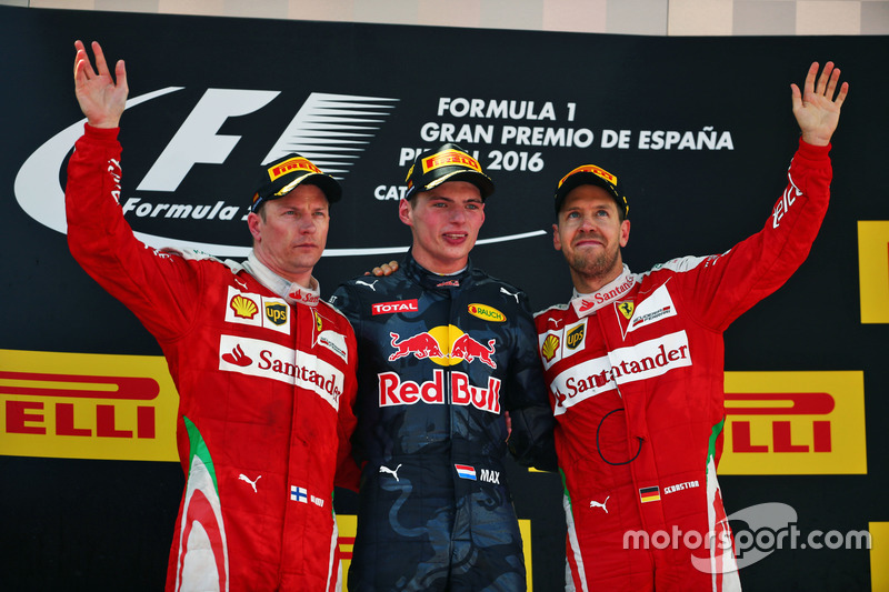 Podio: Kimi Raikkonen Ferrari, segundo lugar; Max Verstappen, Red Bull Racing, ganador de la carrera; Sebastian Vettel, Ferrari, tercer lugar