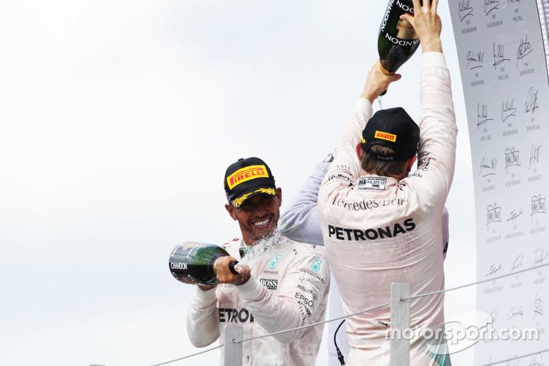 Il vincitore della gara Lewis Hamilton, Mercedes AMG F1 festeggia sul podio con il compagno di squadra Nico Rosberg Mercedes AMG F1