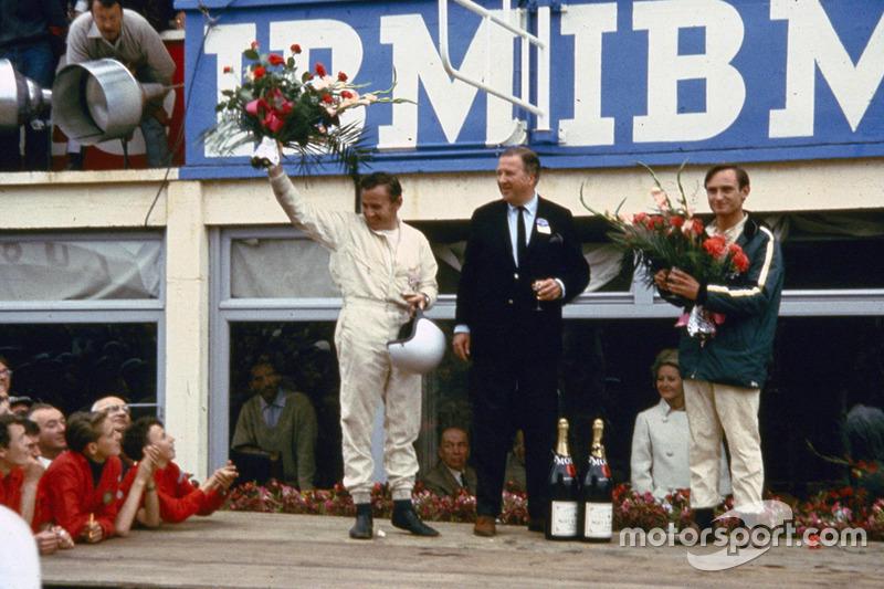 Von links: Bruce McLaren, Henry Ford II und Chris Amon nach dem Sieg auf dem Podium 1966 von 24Stunden von Le Mans
