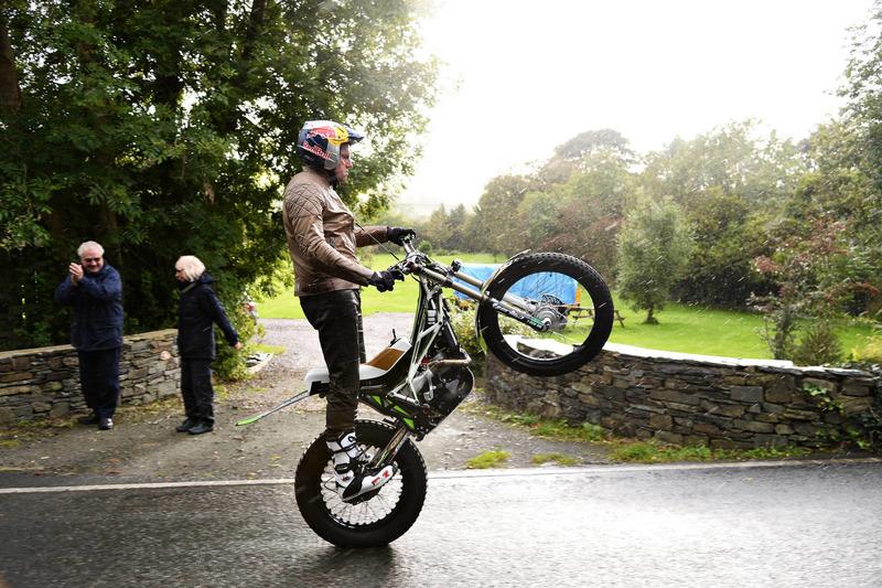 #9: Dougie Lampkin umrundet die Isle of Man mit Wheelie