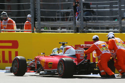Sebastian Vettel, Ferrari SF16-H, se detiene en la recta de largada/llegada con problemas eléctricos