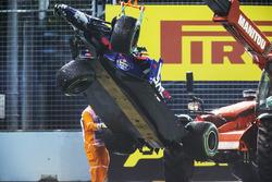 Los comisarios retiran el coche de Daniil Kvyat Scuderia Toro Rosso STR12