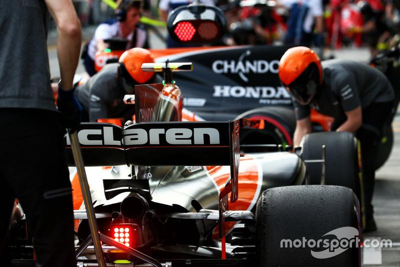 Stoffel Vandoorne, McLaren MCL32 und Fernando Alonso, McLaren MCL32