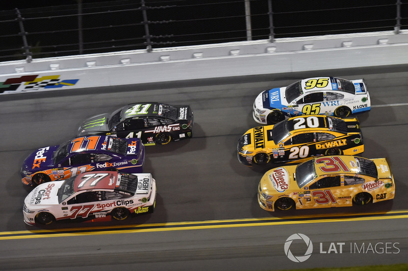 Erik Jones, Furniture Row Racing Toyota, Denny Hamlin, Joe Gibbs Racing Toyota, Kurt Busch, Stewart-Haas Racing Ford