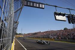 Valtteri Bottas, Mercedes AMG F1 W08, cruza la meta para el tercer lugar